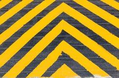 Warnzeichen des gelben und schwarzen Streifens auf der Gefahrenzone Stockbild