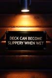 Warnzeichen des Lit auf nassem Holz Stockfoto