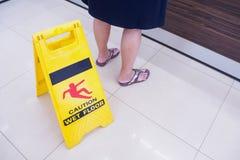 Warnzeichen des nassen Fußbodens der Achtung Stockbild