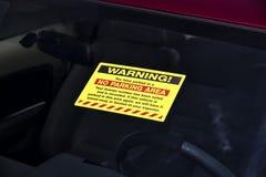 Warnzeichen des Parkverbots auf einer Windschutzscheibe Lizenzfreies Stockfoto