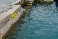 Warnzeichen des Schwimmens auf eigene Gefahr Lizenzfreie Stockbilder