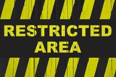 Warnzeichen des Sperrgebiets mit den gelben und schwarzen Streifen Stockfoto