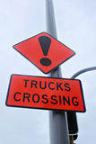 Warnzeichen des Straßenverkehrs tauscht Überfahrt Lizenzfreies Stockbild