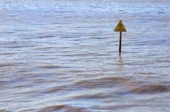 Warnzeichen des Strandes unter Wasser Stockfotografie