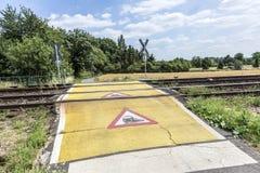 Warnzeichen des Zugs an einem Bahnübergang Lizenzfreies Stockfoto