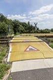 Warnzeichen des Zugs an einem Bahnübergang Lizenzfreie Stockbilder