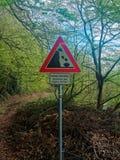 Warnzeichen an einem deutschen Wanderweg über Bergsturz Stockfotografie