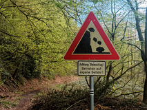 Warnzeichen an einem deutschen Wanderweg über rockfall Stockfotos