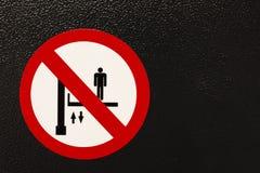 Warnzeichen für Arbeitsaufzug, stellend her Stockfoto