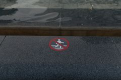 Warnzeichen mit Piktogramm, keiner Schwimmen oder dem Waten Wasser im Hintergrund Astana, Kapital von Kazakhstan Stockfotos