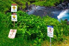 Warnzeichen-tropischer Strand-Alarm zur Gefahr stockbild