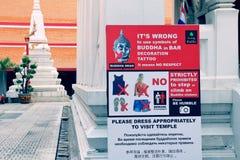 Warnzeichenbrett der Informationen, zum des Platzes bei Wat Mahathat in Bangkok, Thailand zu entsprechen und zu respektieren Stockfotos