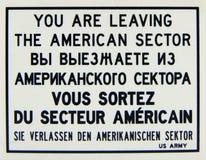 Warnzeichenplatte, lassen Sie den amerikanischen Sektor in den Englisch-, russischen, französischen und deutschensprachen stockbild