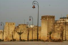 Warowne ściany otacza antycznego miasto Fes w Maroko, Zdjęcie Royalty Free
