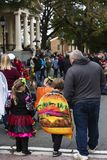 Warrenton, Virginia/USA-10/28/18: Families die dichtbij het hofhuis bij de Parade van Halloween Happyfest in Oude Stad Warrenton  stock afbeeldingen