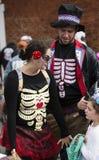 Warrenton Virginia/USA-10/28/18: Familjen som bär skelett- dräkter på allhelgonaaftonen Happyfest, ståtar i den gamla staden Warr fotografering för bildbyråer