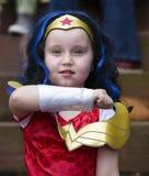 Warrenton Virginia/USA-10/28/18: Flickan som kläs som underkvinna på allhelgonaaftonen Happyfest, ståtar i den gamla staden Warre royaltyfri foto