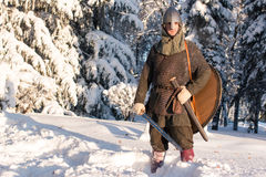 Warriorin medieval en armadura en el bosque del invierno Fotografía de archivo