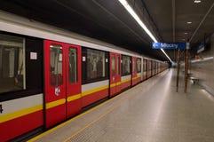 Warsaw Polen April 21, 2017 Drev på Warszawatunnelbanastation Arkivfoton