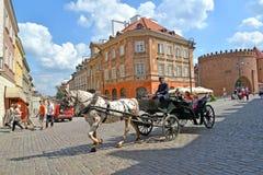 Warsaw Polen Den turist- hästbesättningen går ner gatan Arkivfoton