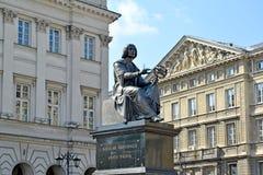 Warsaw Polen En bronsmonument till Nicolaus Copernicus mot bakgrunden av historiska byggnader Royaltyfri Fotografi