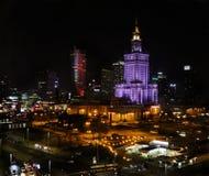 Warsaw Polen Mitt för flyg- sikt av staden i natten Slott av kultur- och vetenskaps- och affärsskyskrapor royaltyfria bilder