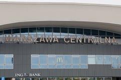Warschau, Polen - 18. April 2017: Aufschrift Warschau Centralna an Bahnhof Warschaus Lizenzfreie Stockfotos