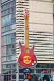 Warschau, Polen - 18. April 2017: Enorme Gitarre von Hard Rock Cafe bei Zlote Tarasy in Warschau Stockfotos