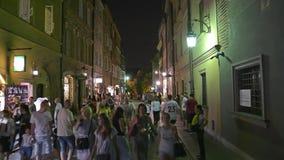 WARSCHAU, POLEN - 4. AUGUST 2018 Gedrängte Straße in der alten Stadt nachts stock footage