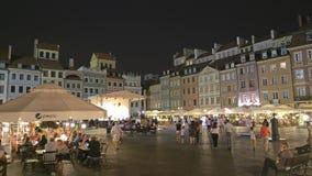 WARSCHAU, POLEN - 4. AUGUST 2018 Gedrängtes Touristenort in der alten Stadt nachts stock video footage