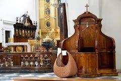 Warschau, Polen Beichtstuhl und Altar in einer Kathedralenkirche des heiligen Kreuzes lizenzfreie stockbilder