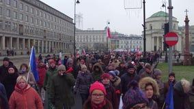 WARSCHAU, POLEN - DEZEMBER, 17, 2016 Leute mit Polnischem und EU kennzeichnen das Marschieren in die Straße Lizenzfreie Stockbilder