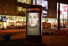 WARSCHAU, POLEN am 3. Dezember 2015 - Säulen-AMS im Plakat Adele 25 - gehören wir der Agora-Gruppe Stockbilder