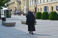 Warschau, Polen Die katholische Nonne geht zu einer Kirche des heiligen Kreuzes Lizenzfreie Stockfotos