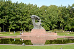 Warschau, Polen Eine Ansicht eines Monuments zu Frederic Chopin mit einem ovalen Teich Stockfotos