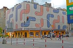 Warschau Polen Eine Fahne mit der abstrakten Zeichnung auf einer Gebäudefassade auf Yagellonskaya-Straße Stockfotografie