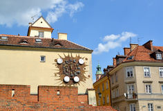 Warschau, Polen Eine Gebäudeansicht mit dem Wanduhr ` Sternzeichen ` Lizenzfreies Stockfoto