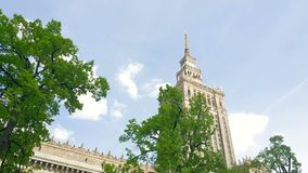 Warschau Polen Haus der Kultur und der Wissenschaft Die Bewegung der Kamera, Ansicht durch die gr?nen B?ume stock video footage