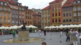 WARSCHAU - POLEN, IM AUGUST 2015: Fiedler, der Geige, Hauptplatz spielt stock video footage