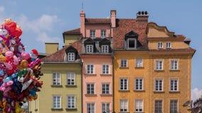 Warschau, Polen, im Juni 2018: Bunte Häuser am alten Stadtplatz mit Karikatur steigt im Ballon auf lizenzfreie stockfotografie