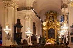 WARSCHAU, POLEN - 2. JANUAR 2016: Hauptaltar Roman Catholic Churchs des heiligen Kreuzes XV-XVI c in den Weihnachtsdekorationen Lizenzfreie Stockfotos