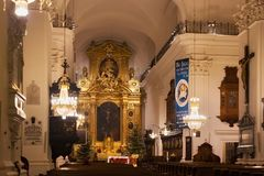WARSCHAU, POLEN - 2. JANUAR 2016: Innenraum Roman Catholic Churchs des heiligen Cents des Kreuzes XV-XVI Lizenzfreie Stockfotos
