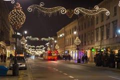 WARSCHAU, POLEN - 2. JANUAR 2016: Nachtansicht der Straße Nowy Swiat in der Weihnachtsdekoration Stockbilder