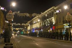 WARSCHAU, POLEN - 2. JANUAR 2016: Nachtansicht der Straße Nowy Swiat in der Weihnachtsdekoration Lizenzfreies Stockbild