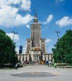 WARSCHAU, POLEN - 15. JUNI 2016: Leute, die vor Palast der Kultur und der Wissenschaft, Wolkenkratzer, Symbol des Kommunismus geh stockfotos