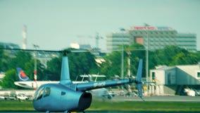 WARSCHAU, POLEN - 15. JUNI 2018 SP-MCR Robinson R66 Hubschrauber, der niedrig am Flughafen fliegt stock video