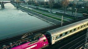WARSCHAU, POLEN - MÄRZ, 27, 2017 Luftschuß des Personenzugs Eisenbahnbrücke über dem Fluss weiter gehend Lizenzfreie Stockfotografie