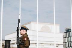 WARSCHAU, POLEN - März 2018 Schutz der Ehre nahe Grabmal des unbekannten Soldaten in Warschau, Polen lizenzfreie stockbilder