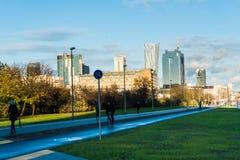 WARSCHAU, POLEN - NOVEMBER 2017 Ansicht mit goldenen Terrassen, Wolkenkratzer Zlota 44, Warschau ragt, Interkontinentalhotel, War Stockfoto
