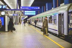 Warschau, Polen - 29. November 2016: Der Abfluss vom Schutzblechpersonenzug Lizenzfreies Stockbild